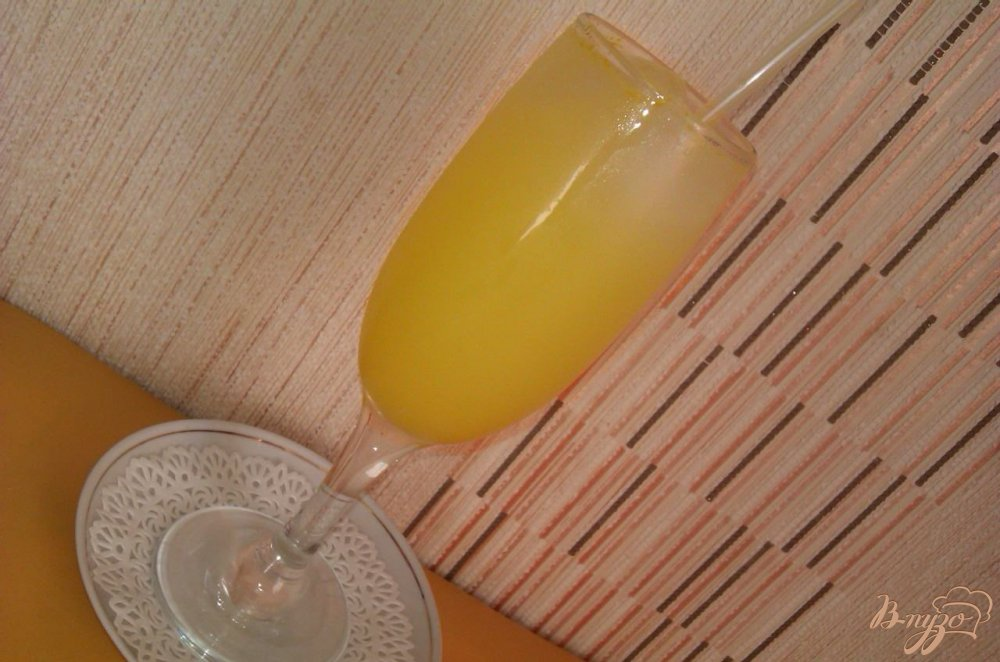 Фото приготовление рецепта: Лёгкий коктейль с ликёром  Лимончелло шаг №5