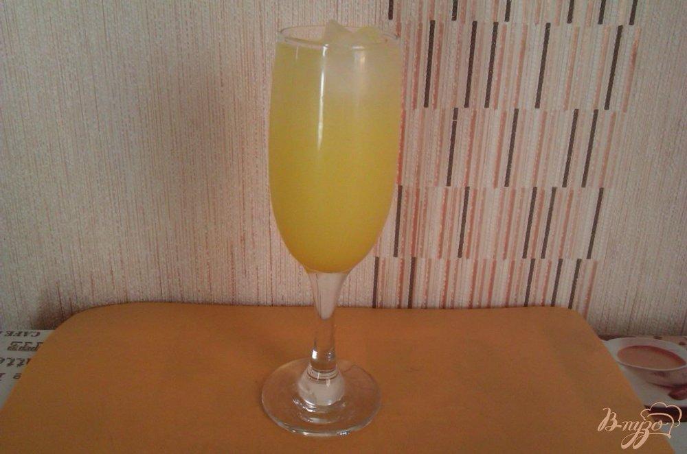 Фото приготовление рецепта: Лёгкий коктейль с ликёром  Лимончелло шаг №4