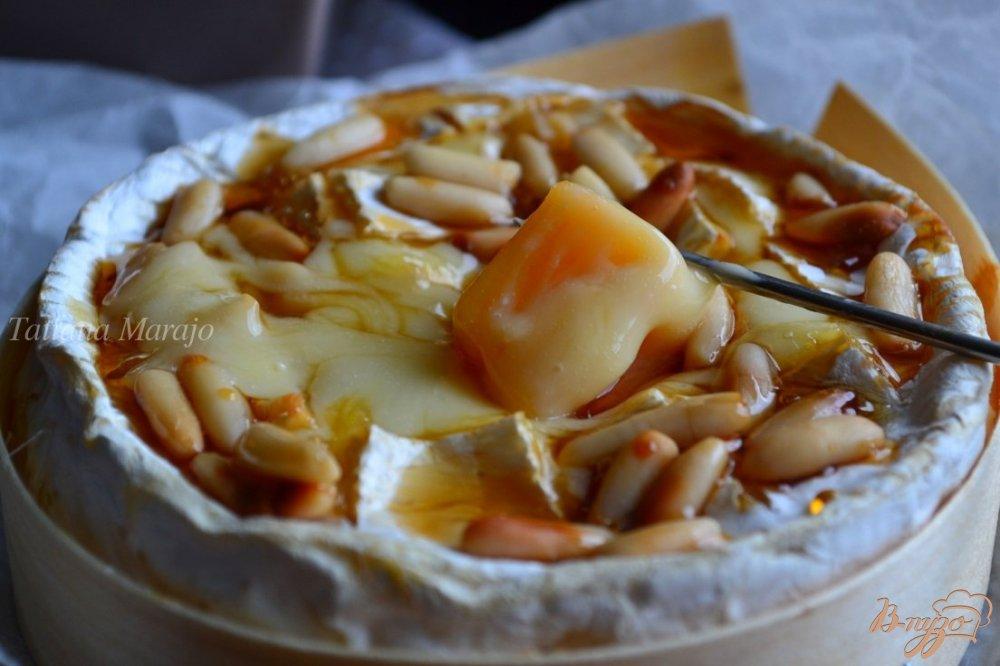 Фото приготовление рецепта: Камамбер фондю с медом и орешками шаг №5