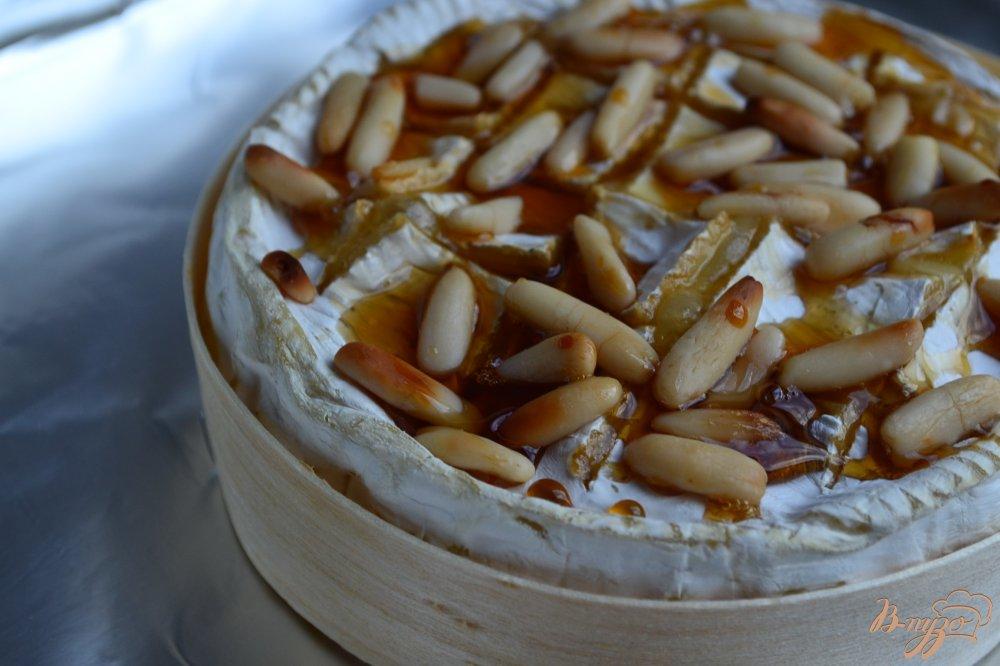 Фото приготовление рецепта: Камамбер фондю с медом и орешками шаг №3