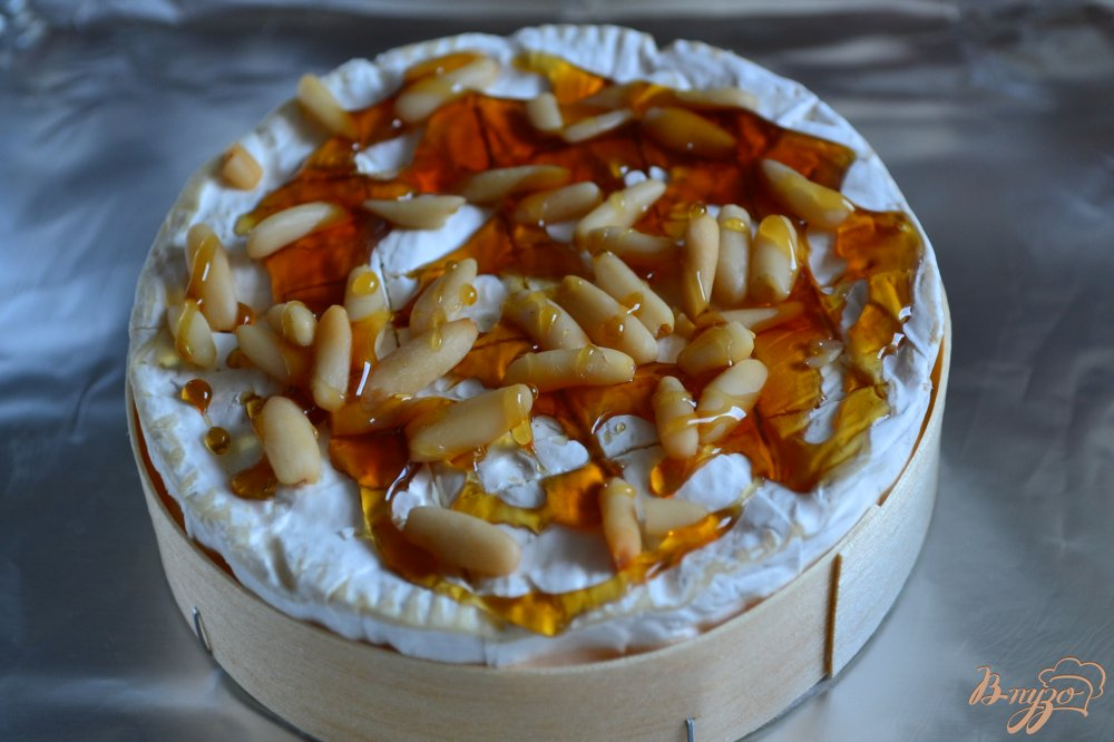 Фото приготовление рецепта: Камамбер фондю с медом и орешками шаг №2