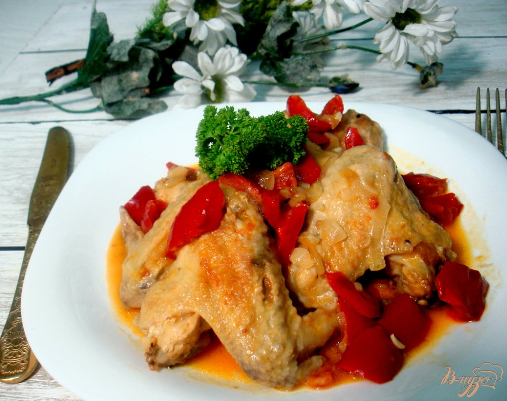 Фото приготовление рецепта: Куриные крылышки в соусе с овощами шаг №6