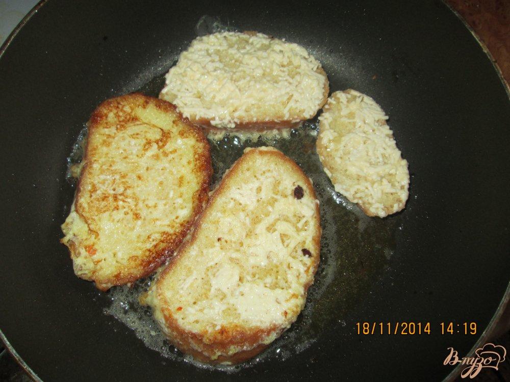 Фото приготовление рецепта: Гренки с яйцом и плавленым сыром шаг №5