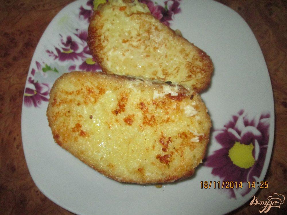 Фото приготовление рецепта: Гренки с яйцом и плавленым сыром шаг №6