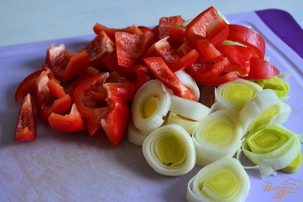 Фото приготовление рецепта: Картофель со сладким перцем и пореем шаг №2