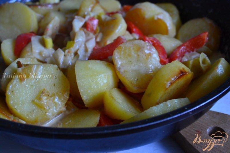 Фото приготовление рецепта: Картофель со сладким перцем и пореем шаг №5