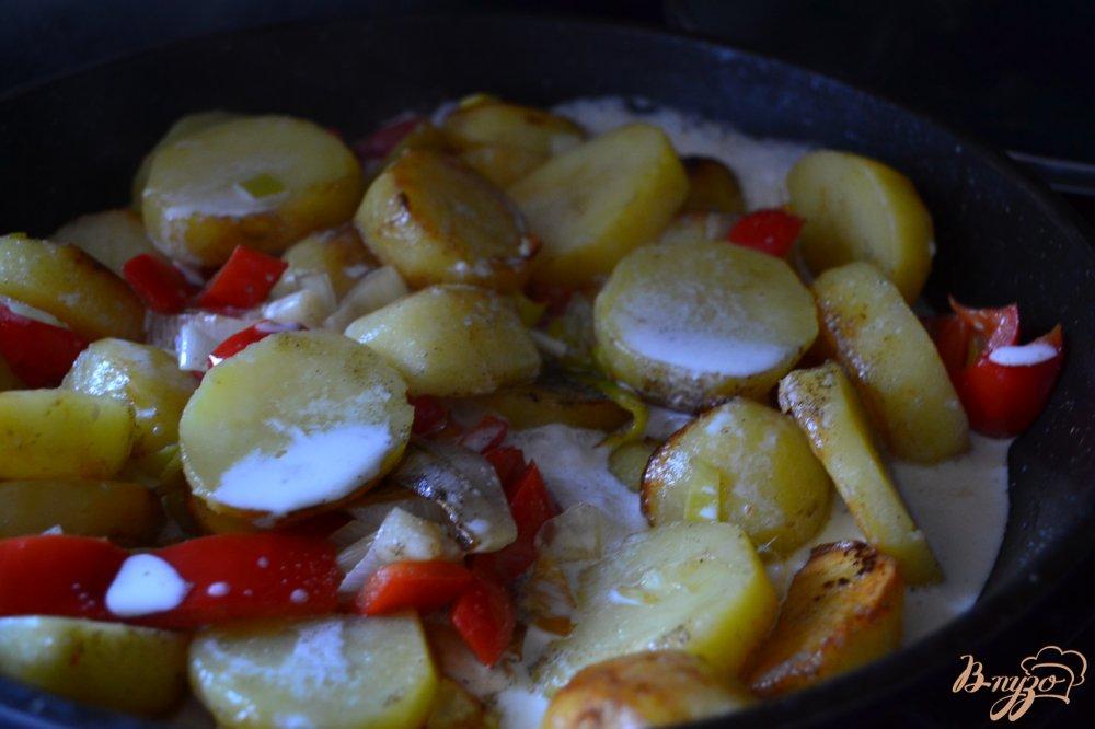 Фото приготовление рецепта: Картофель со сладким перцем и пореем шаг №4
