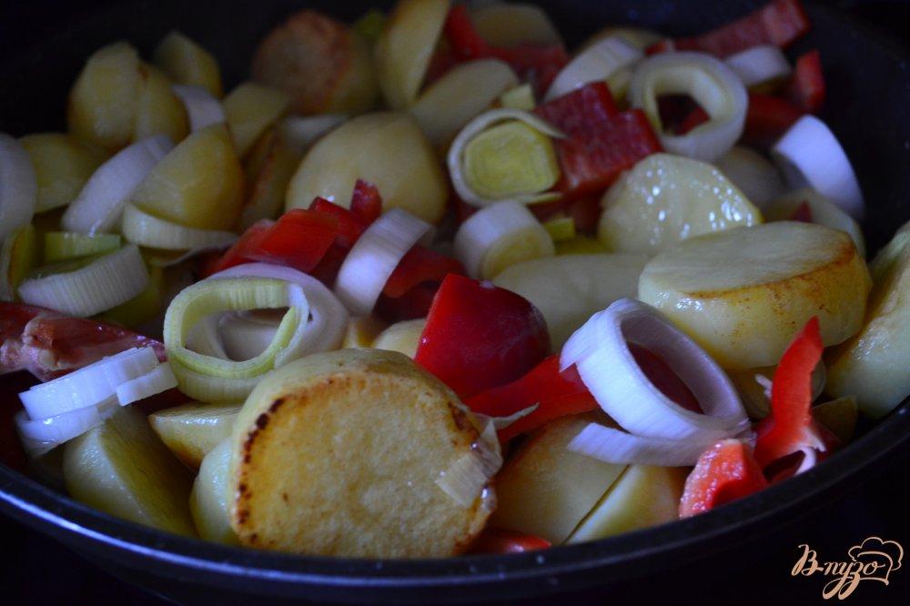 Фото приготовление рецепта: Картофель со сладким перцем и пореем шаг №3