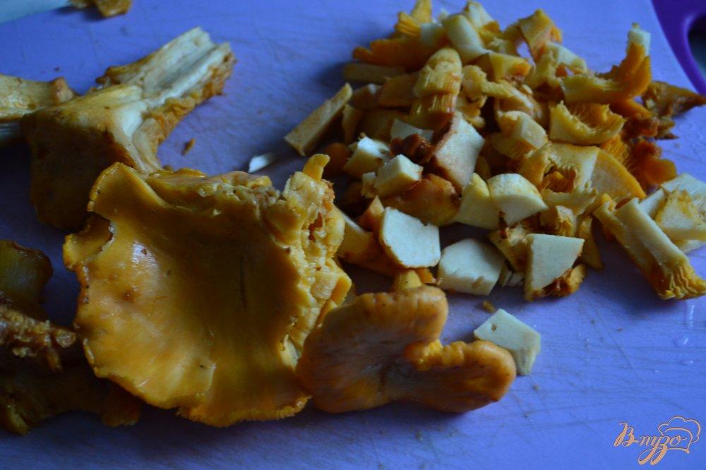 Фото приготовление рецепта: Семга с лисичками и пореем в сливочном соусе шаг №2