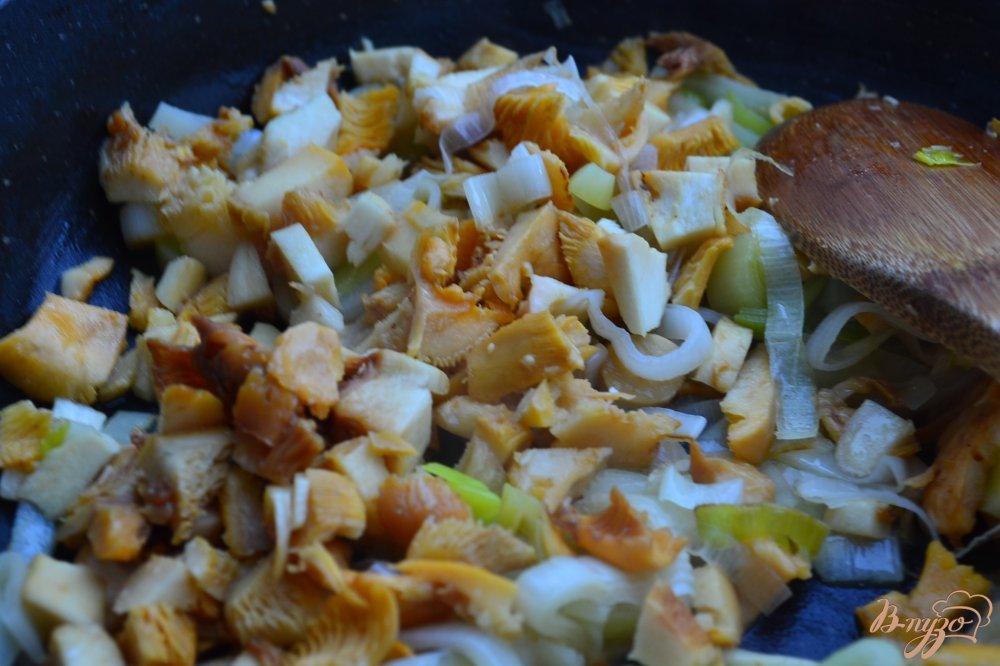 Фото приготовление рецепта: Семга с лисичками и пореем в сливочном соусе шаг №3