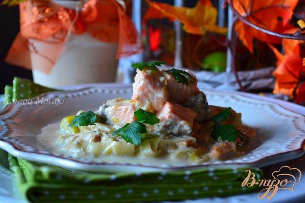 фото рецепта: Семга с лисичками и пореем в сливочном соусе
