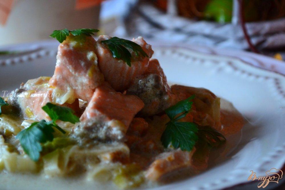 Фото приготовление рецепта: Семга с лисичками и пореем в сливочном соусе шаг №7