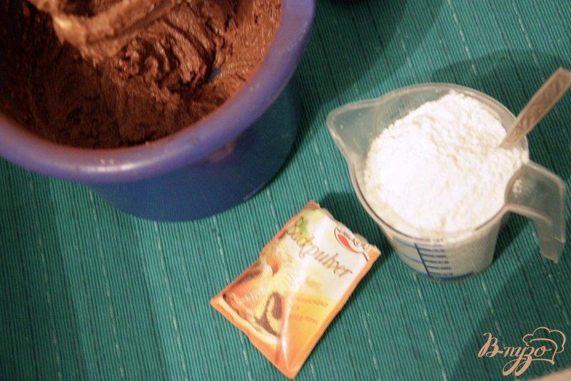 Фото приготовление рецепта: Португальский шоколадный пирог с яблоками шаг №3