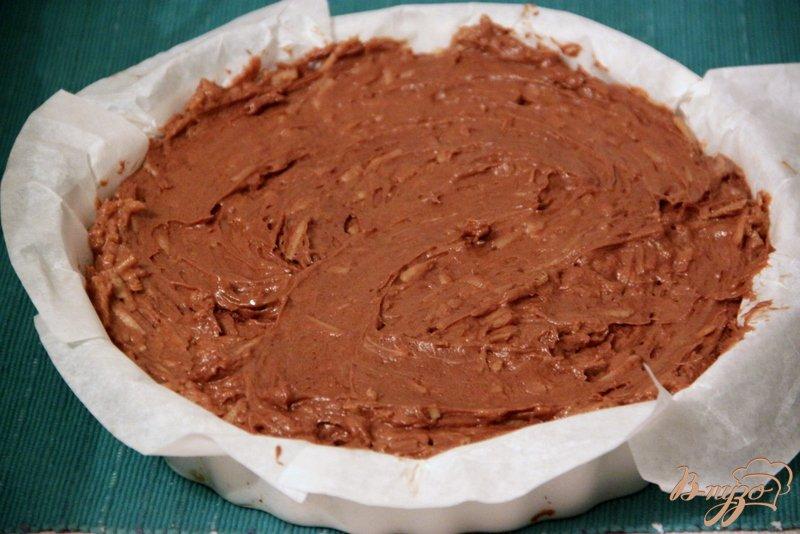Фото приготовление рецепта: Португальский шоколадный пирог с яблоками шаг №6