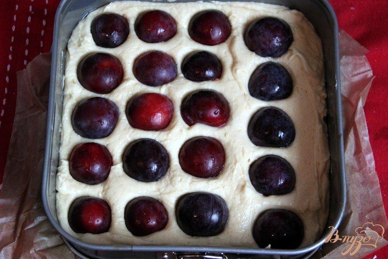 Фото приготовление рецепта: Сливовый пирог с меренгой шаг №5