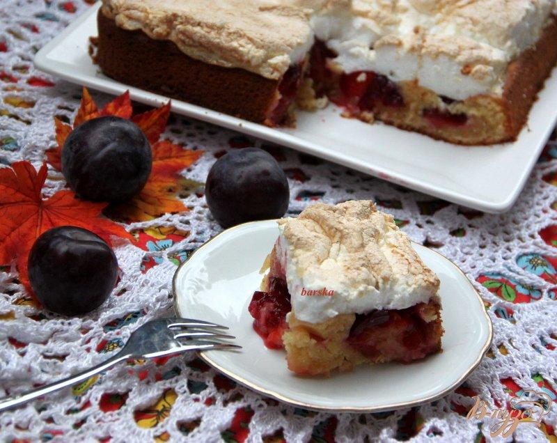 Фото приготовление рецепта: Сливовый пирог с меренгой шаг №8