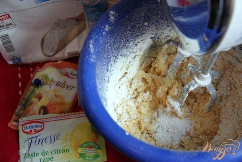 Фото приготовление рецепта: Сливовый пирог с меренгой шаг №3