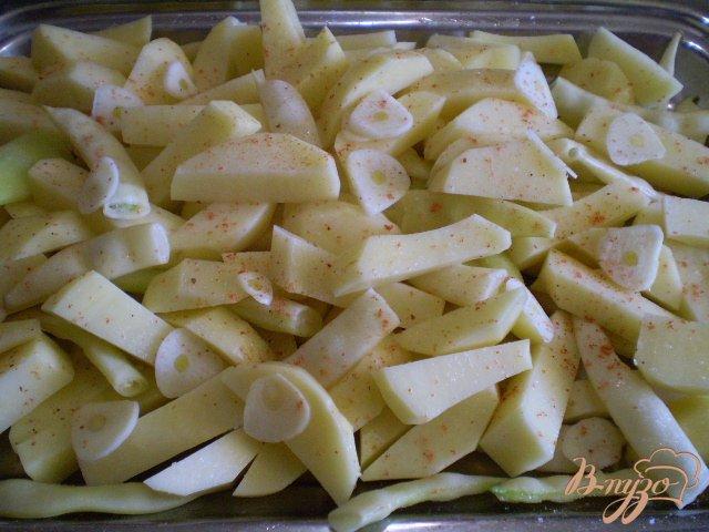 Фото приготовление рецепта: Картофель со спаржевой фасолью и сыром шаг №4