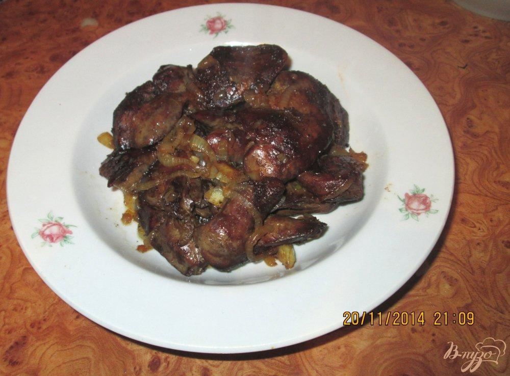 Фото приготовление рецепта: Жареная куриная печень с луком шаг №4