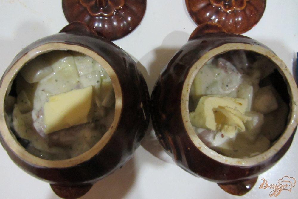 Фото приготовление рецепта: Ароматная курочка в горшочках с картофелем с итальянскими травами. шаг №8