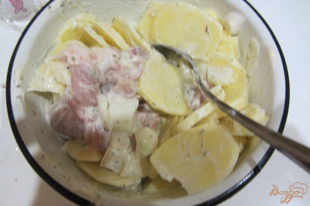 Фото приготовление рецепта: Ароматная курочка в горшочках с картофелем с итальянскими травами. шаг №6