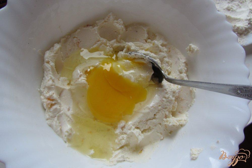 Фото приготовление рецепта: Сырники с курагой из творожной массы шаг №3