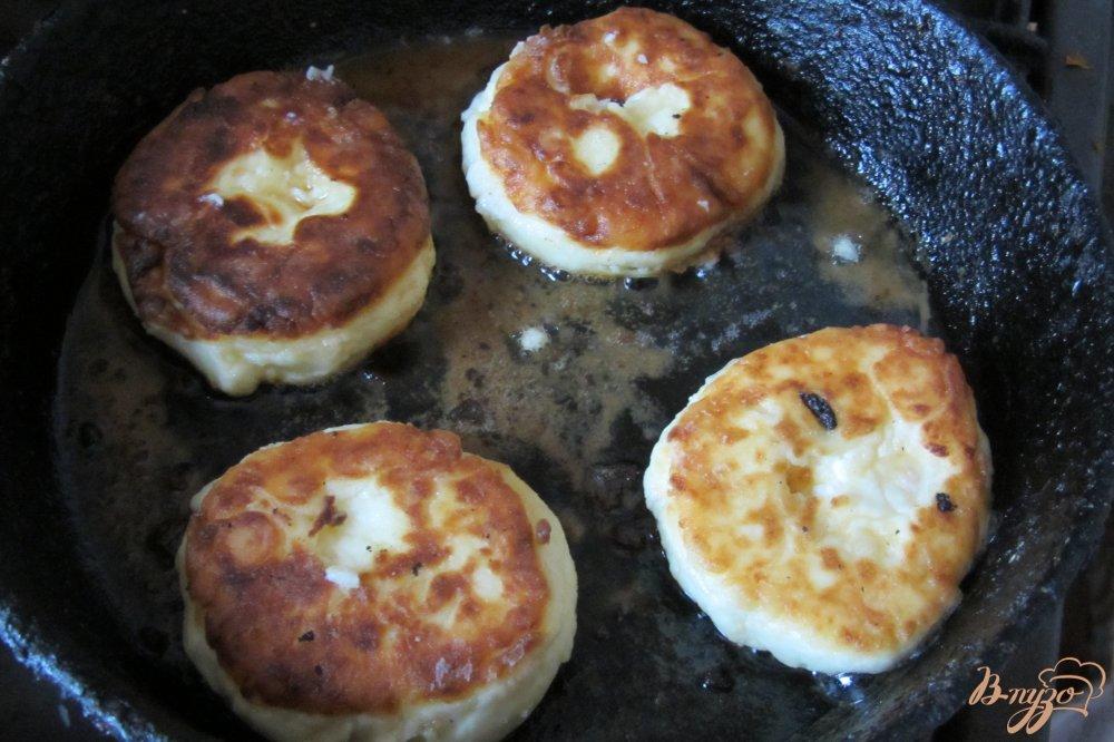 Фото приготовление рецепта: Сырники с курагой из творожной массы шаг №6