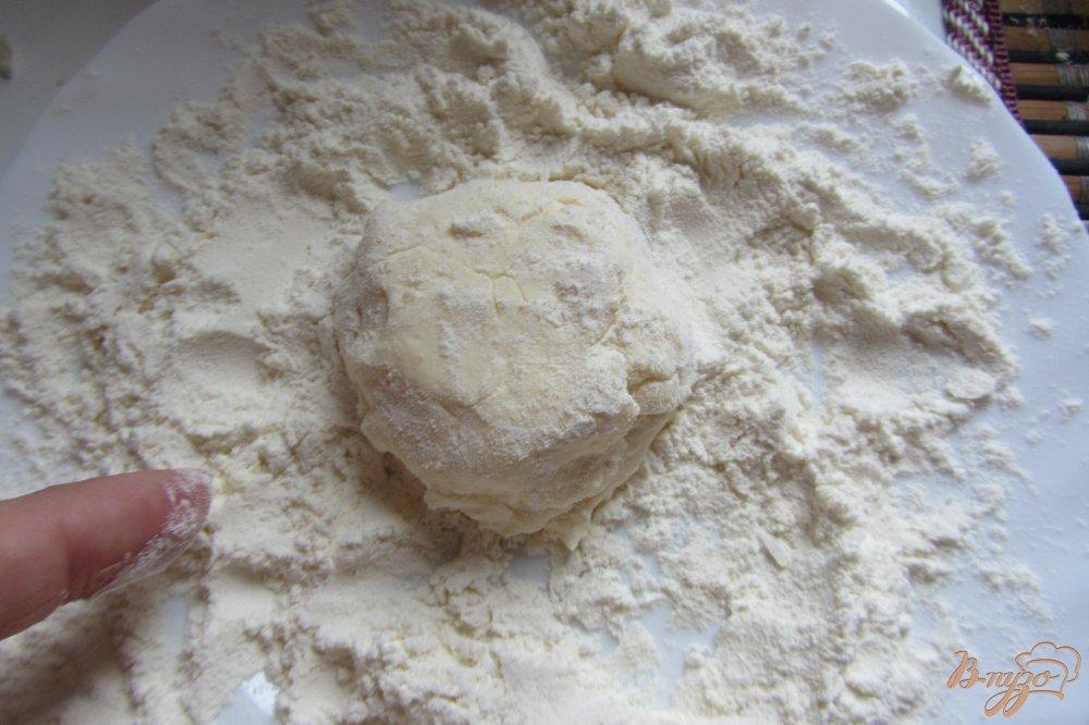 Фото приготовление рецепта: Сырники с курагой из творожной массы шаг №4
