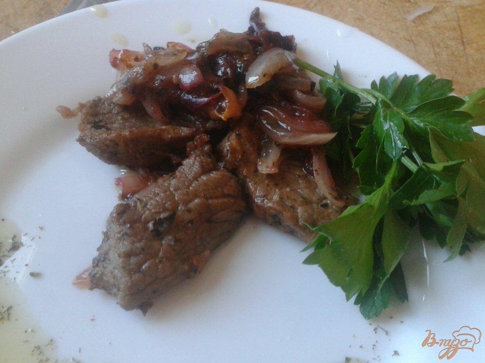 Фото приготовление рецепта: Говядина со сливами и средиземноморскими травами шаг №8