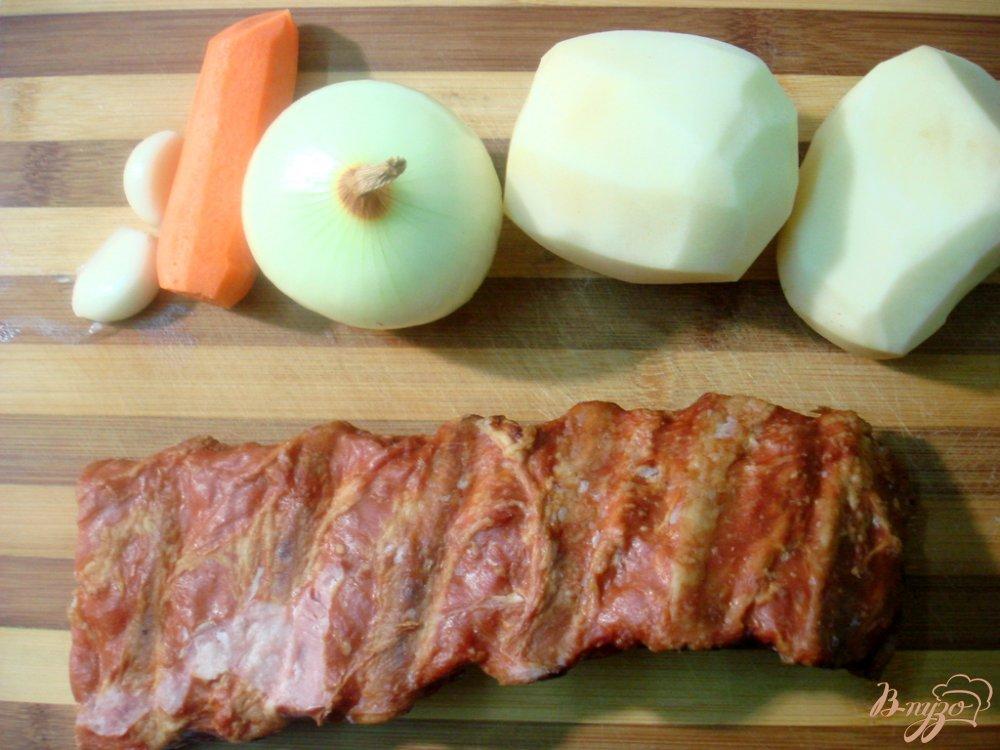 Фото приготовление рецепта: Гороховый суп с копчёными свиными рёбрышками шаг №4