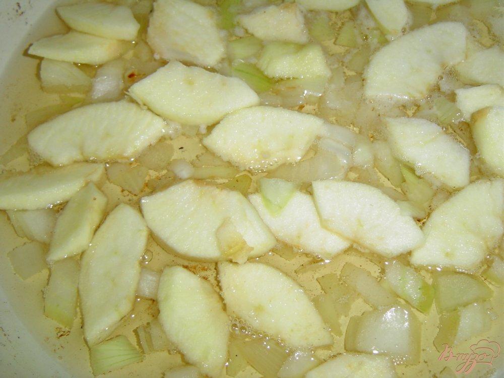 Фото приготовление рецепта: Смалец с луком, яблоком и чесноком шаг №3