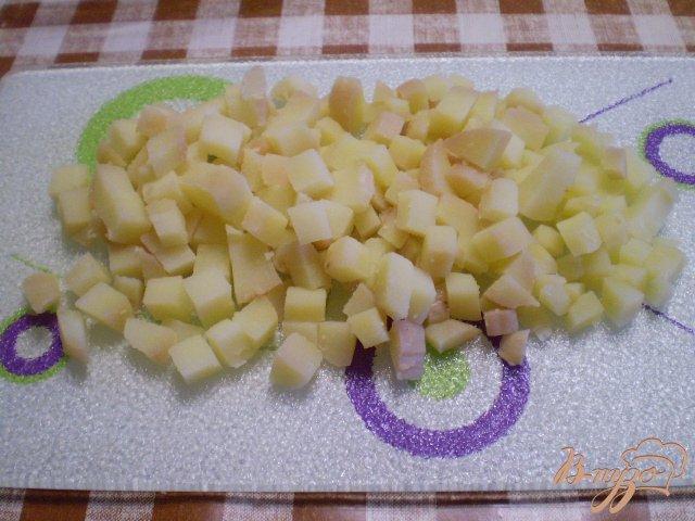 Фото приготовление рецепта: Рыбный салат с хеком шаг №4