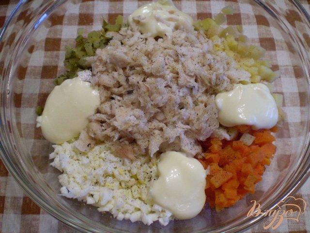 Фото приготовление рецепта: Рыбный салат с хеком шаг №9