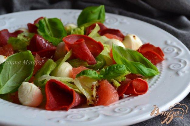 фото рецепта: Салат с моцареллой, грейпфрутом и бастурмой  из говядины