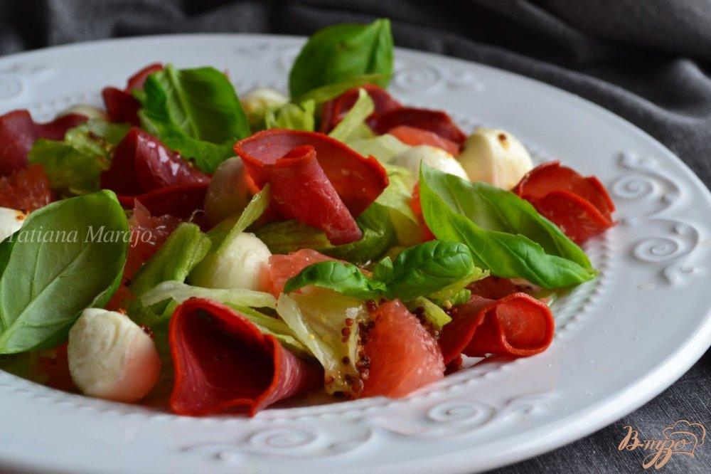 Фото приготовление рецепта: Салат с моцареллой, грейпфрутом и бастурмой  из говядины шаг №5