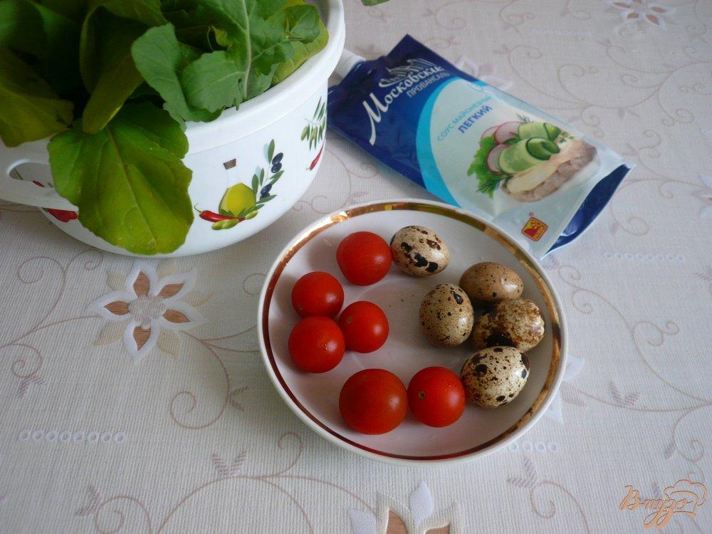 Фото приготовление рецепта: Салат с перепелиными яйцами и помидорками черри шаг №1