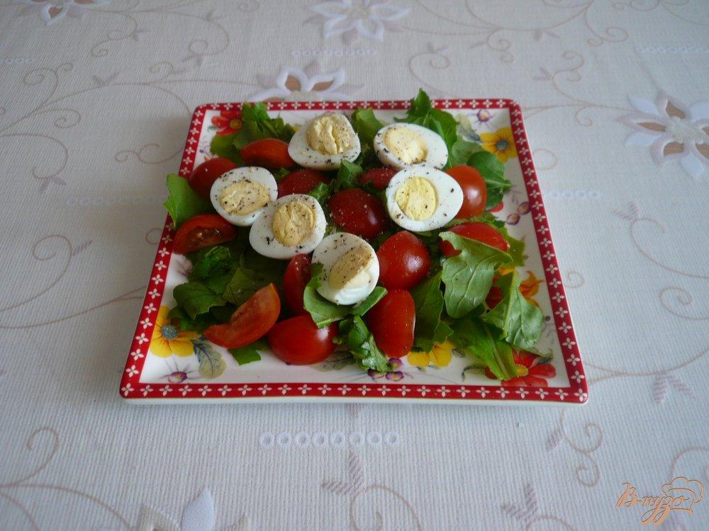 Фото приготовление рецепта: Салат с перепелиными яйцами и помидорками черри шаг №5
