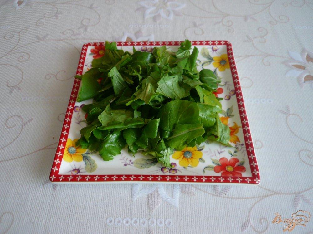 Фото приготовление рецепта: Салат с перепелиными яйцами и помидорками черри шаг №2