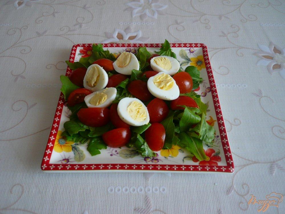Фото приготовление рецепта: Салат с перепелиными яйцами и помидорками черри шаг №4