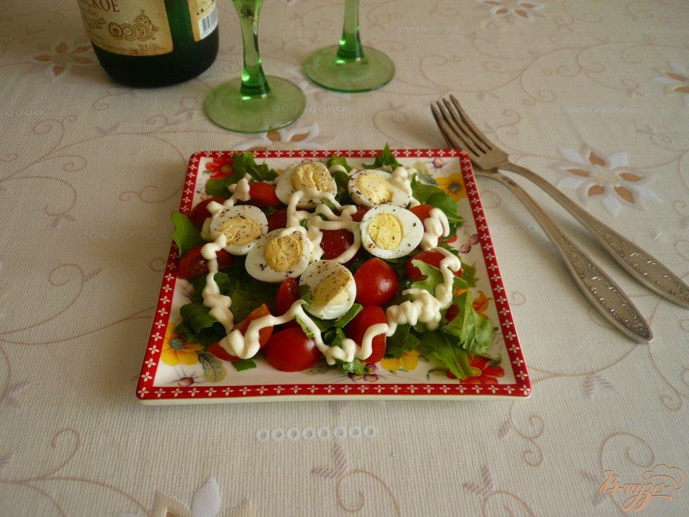 Фото приготовление рецепта: Салат с перепелиными яйцами и помидорками черри шаг №6