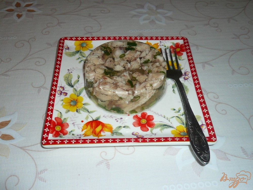 Фото приготовление рецепта: Заливное из курицы с зеленым луком шаг №8
