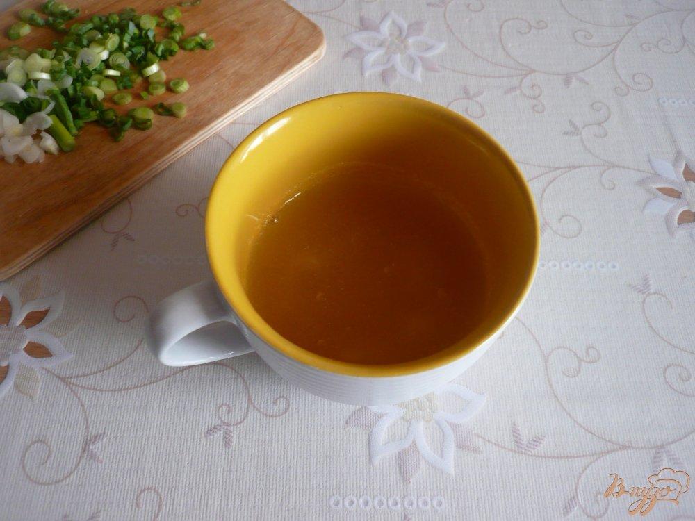 Фото приготовление рецепта: Заливное из курицы с зеленым луком шаг №3