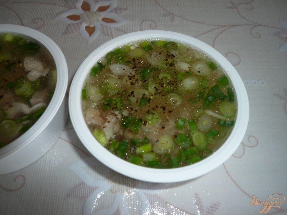 Фото приготовление рецепта: Заливное из курицы с зеленым луком шаг №7