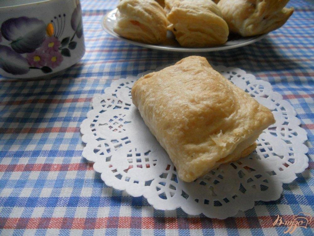 Фото приготовление рецепта: Слойки с сосисками и сыром шаг №11
