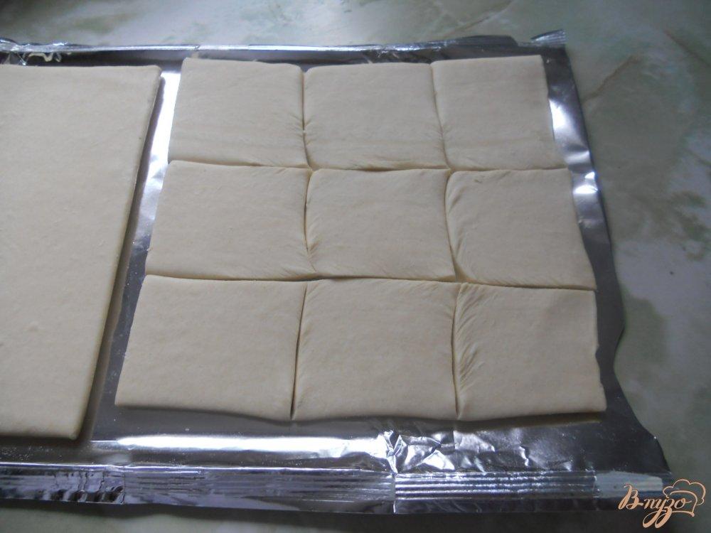 Фото приготовление рецепта: Слойки с сосисками и сыром шаг №2
