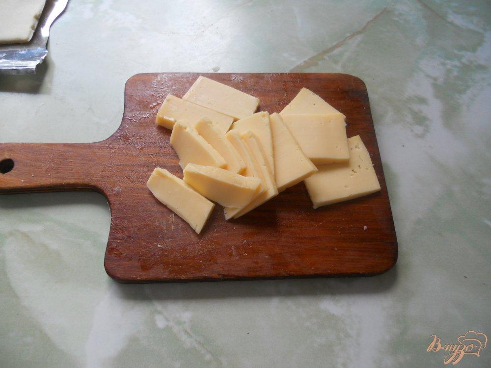 Фото приготовление рецепта: Слойки с сосисками и сыром шаг №4