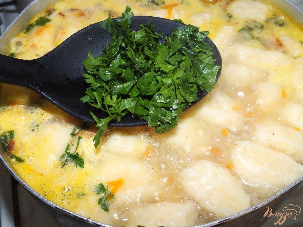 Фото приготовление рецепта: Суп с сосисками и сырными клецками шаг №7