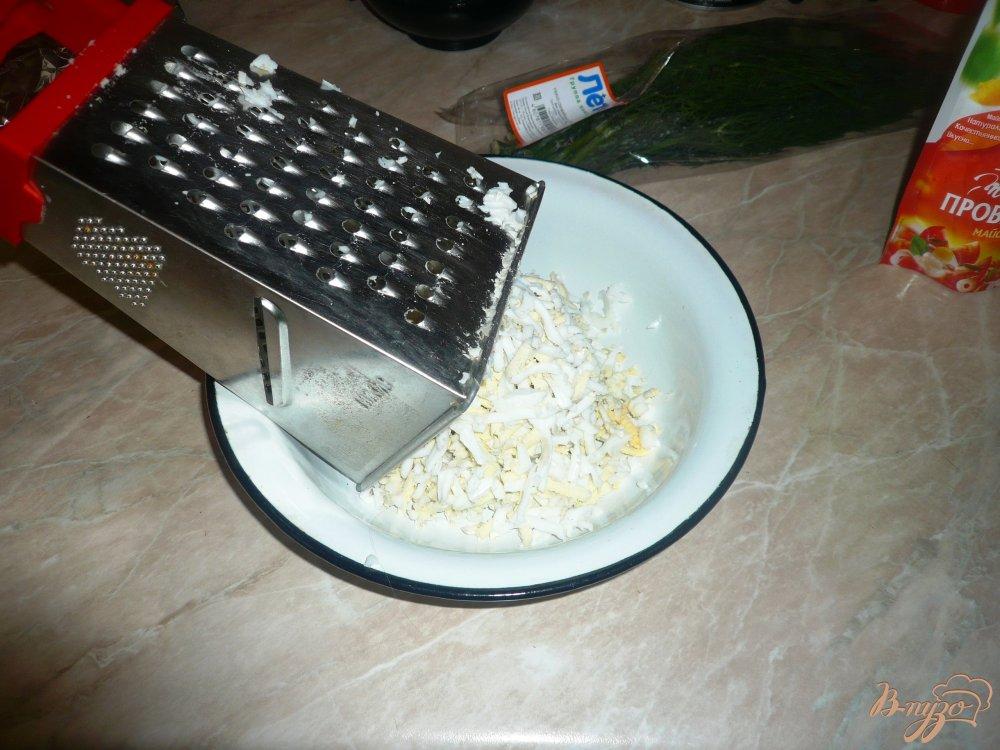 Фото приготовление рецепта: Салат сырный с чесночком шаг №2