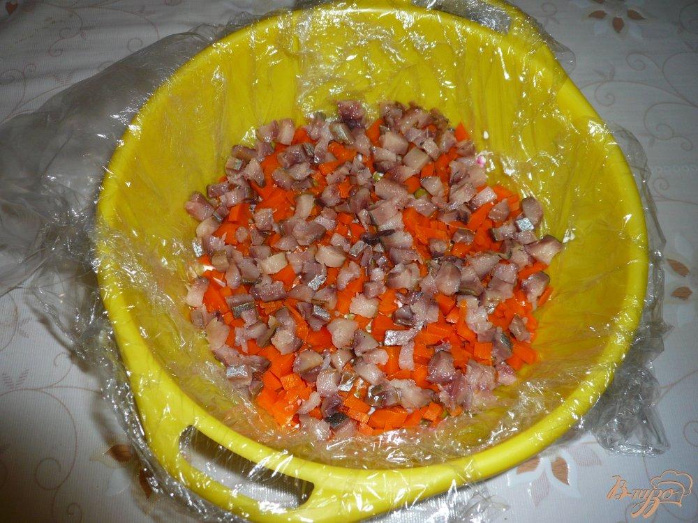 Фото приготовление рецепта: Селедка под шубой в ловушке шаг №9