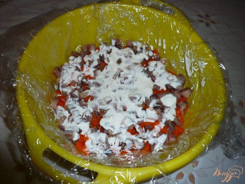 Фото приготовление рецепта: Селедка под шубой в ловушке шаг №10